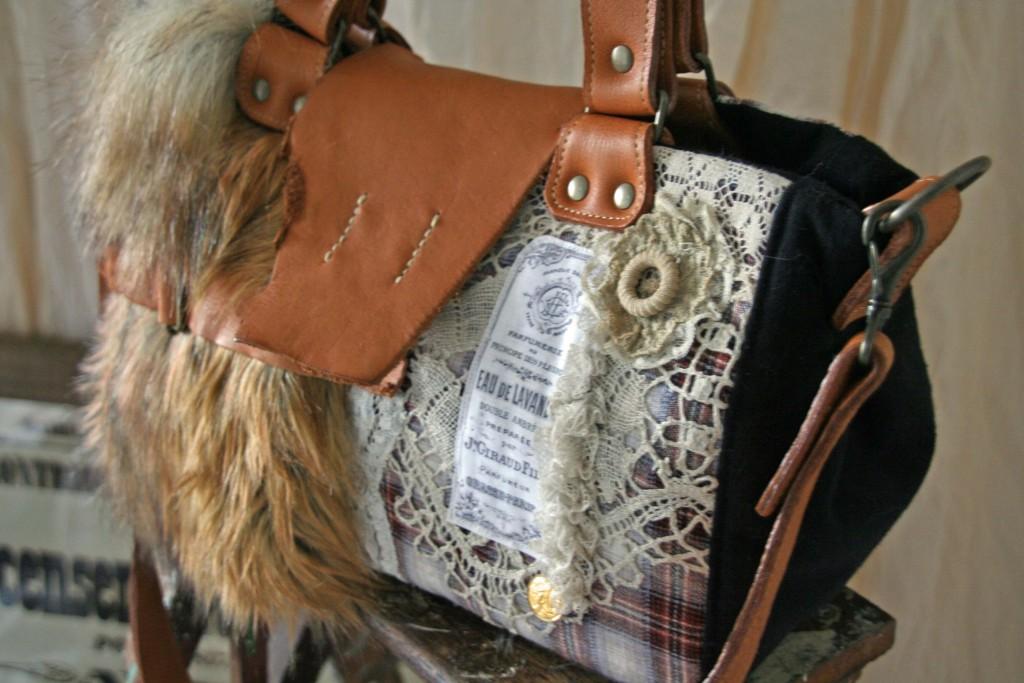 アンティークレースとフェイクファー・タータンチェックのバッグ